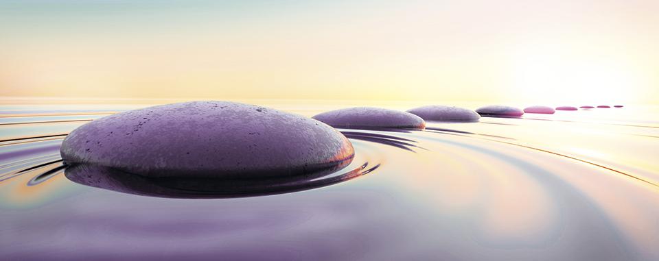 Zen Steine - Kieselsteine im Wasser unter Abendhimmel
